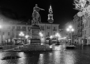 Piazza_Mazzini,_Casale_Monferrato;_a_winter's_night_with_statue_of_Carlo_Alberto_and_Torre_civica_(Ian_Spackman_199xB_no10